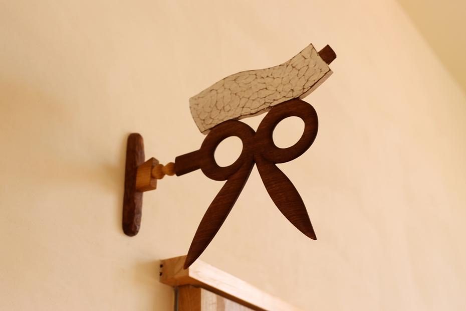 アトリエ(道具室)。誰かいるようにしたいと西村さんに伝えると、絵の具とハサミでアトリエリスタ(芸術家)を作ってくださいました。